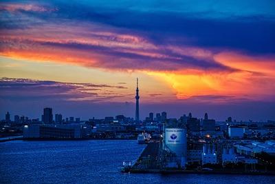 東京ゲートブリッジから見た夕焼けと東京スカイツリー