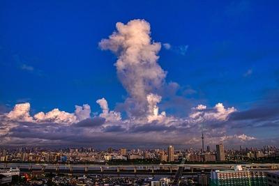 朝の東京スカイツリーと雲