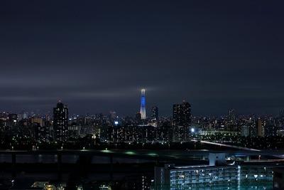 上半分が雲の中の東京スカイツリー夜景「粋」