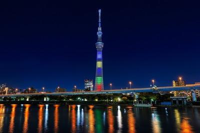 隅田川堤防から見たオリンピックカラーの東京スカイツリー