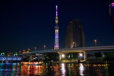 東京スカイツリーと隅田川とうろう流し