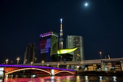 東京スカイツリーとハロウィンカラーの吾妻橋