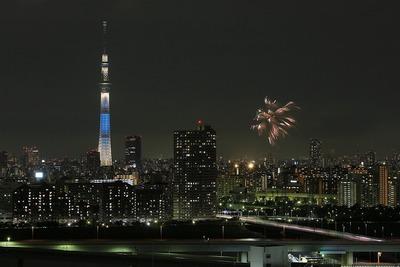 東京スカイツリーと亀戸地区夏祭りの花火