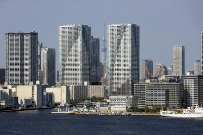 勝どきの巨大なタワマン群と東京スカイツリー