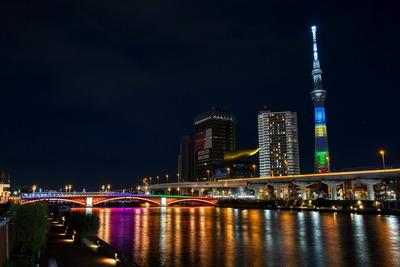 オリンピックカラーの東京スカイツリーと吾妻橋