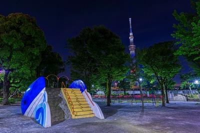 公園遊具と星条旗カラーの東京スカイツリー