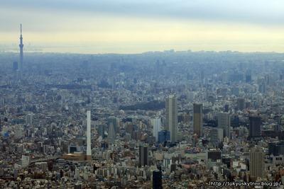 池袋の超高層ビル群と東京スカイツリーの空撮