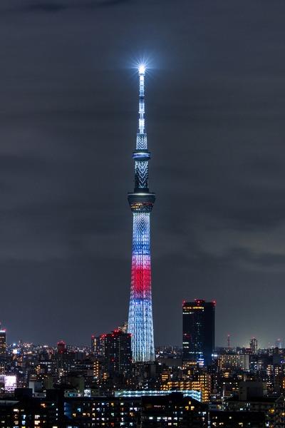 日本国旗の東京スカイツリー