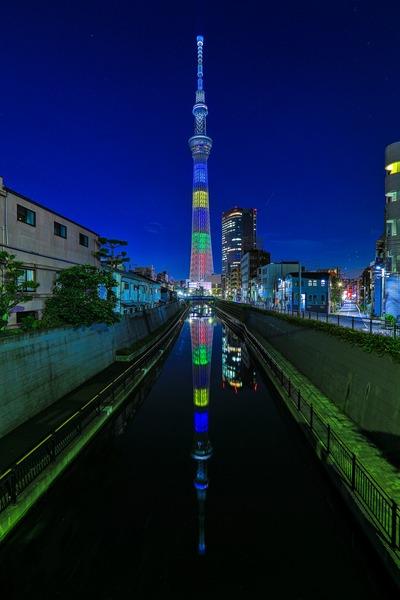 オリンピックカラーの逆さ東京スカイツリー