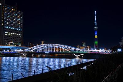 オリンピックカラーの東京スカイツリーと白髭橋