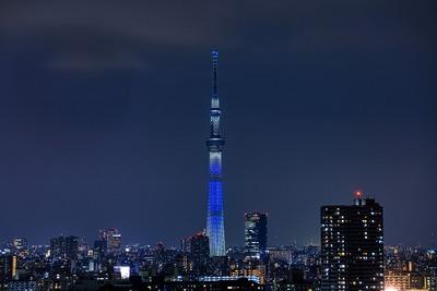 国連カラーの「ブルー」の特別ライティング