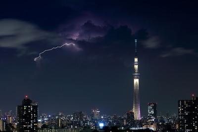 東京スカイツリーと稲妻