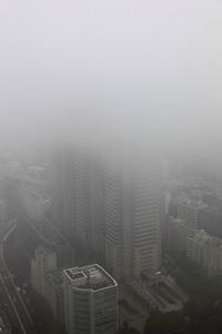 雲に隠れる新宿パークタワー
