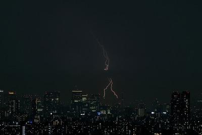 東京超高層ビル群と雷