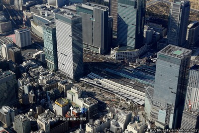 東京駅と中央区立城東小学校の空撮