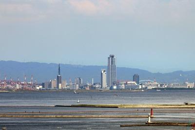 神戸ポートタワーから見た「大阪府咲洲庁舎」