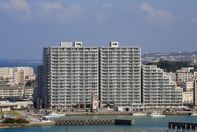 ザ・ビーチタワー沖縄から見たアルトゥーレ美浜