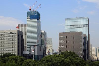皇居東御苑から見た大手町の超高層ビル群