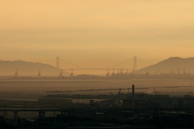 梅田スカイビルから見た明石海峡大橋