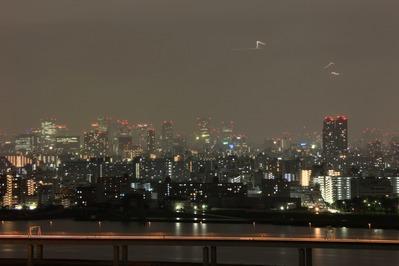 深夜の東京にヘリが飛び交う夜景