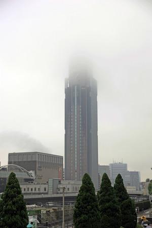 雲に隠れるNTTドコモ代々木ビル