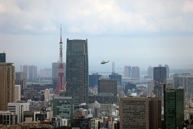超高層ビル群の中をヘリコプター