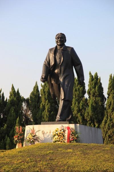 蓮花山公園の�小平の像
