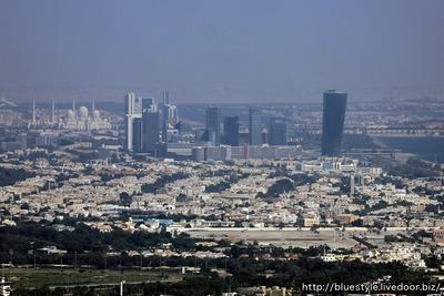 エティハドタワーから見たキャピタルゲートビル方面