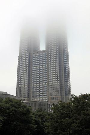 雲に隠れる東京都庁