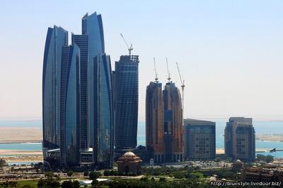 エティハド・タワーズと建設中の超高層ビル