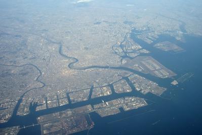 神奈川方面から羽田空港の空撮
