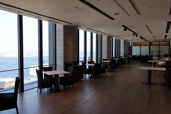 オークウッドスイーツ横浜の46階無料展望ロビー内の様子