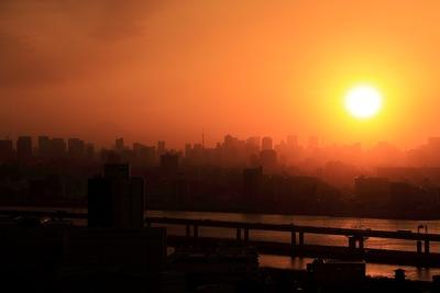 タワーマンションから見る煙霧後の夕景