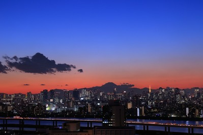 東京超高層ビル群と富士山の夕景