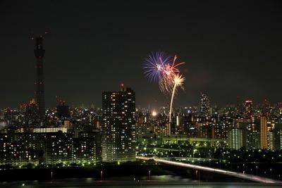 東京スカイツリーと亀戸地区夏まつりの打ち上げ花火