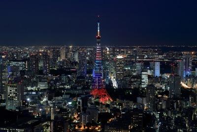オリンピックカラーにライトアップされた東京タワー