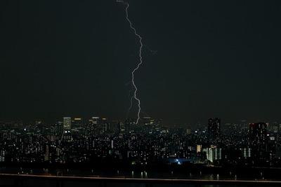 東京超高層ビル群と稲妻