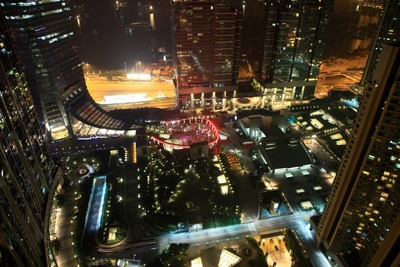 凱旋門から見たELEMENTSの屋上庭園の夜景