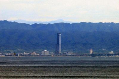 神戸ポートタワーから見た「りんくうゲートタワービル」
