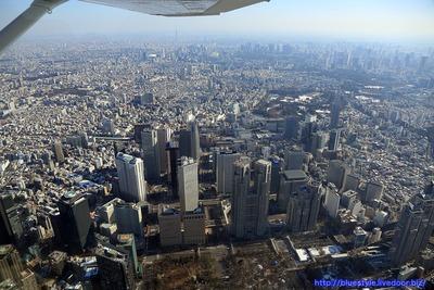 超高層ビル群と東京スカイツリーの空撮
