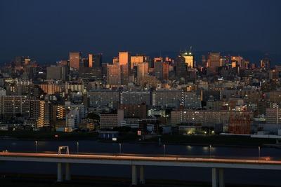 夜明け前の東京駅周辺の超高層ビル群