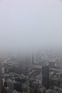 雲に隠れる東京オペラシティタワー