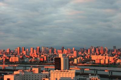 朝日に照らされる東京超高層ビル群