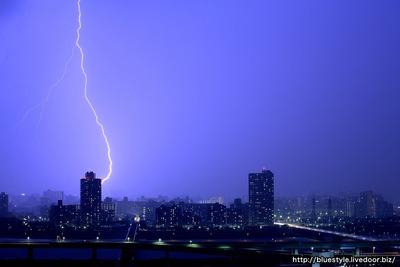江戸川区のタワーマンションから見た東京都内の落雷