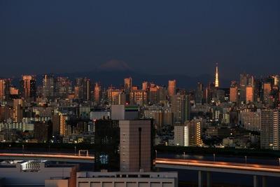 夜明け前の富士山と東京タワー