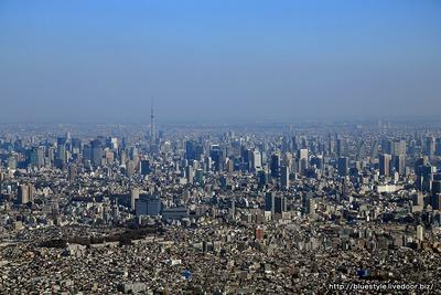 東京超高層ビル群と東京スカイツリーの空撮