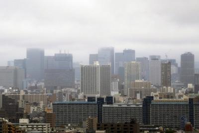 雲に隠れるJPタワーのタワークレーン