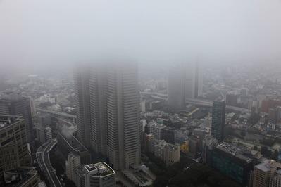 雲に隠れる新宿超高層ビル群