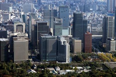 丸の内の超高層ビル群の空撮
