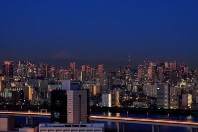 夜明けの東京タワーと富士山